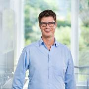 Das Bild zeigt den Geschäftsführer Wolfgang Reichert am neuen Standort in Waldems-Esch.