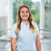 Das Bild zeigt eine jüngere Kundendienst-Mitarbeiterin mit langen blonden Haarendes Fachbetriebs Reichert Versorgungstechnik für den Raum Idstein, Wiesbaden, Rhein-Main.