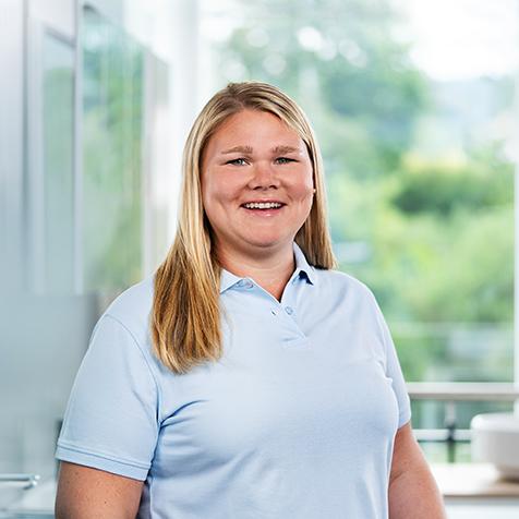 Das Bild zeigt eine erfahrene Kundendienst-Mitarbeiterin mit langen blonden Haarendes Fachbetriebs Reichert Versorgungstechnik für Idstein, Wiesbaden, Rhein-Main.